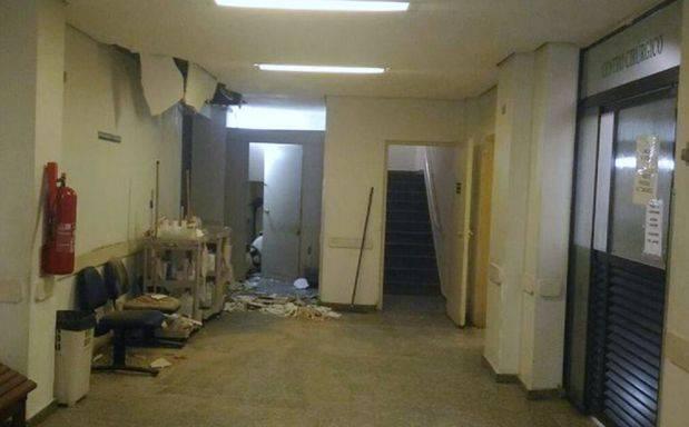 Parte do teto do Hospital da Zona Noroeste desabou (Foto: Reprodução/Sobreviver em Santos)