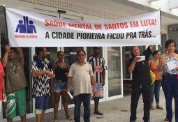 Funcionários e pacientes do Caps AD protestaram e denunciaram problemas (Foto: Matheus Tagé/A Tribuna)