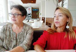 A assistente social Maria Del Pilar Ferrer e a psicóloga Adalgiza Luz reivindicam a correção a passagem de letra funcional. Foto: Diário do Litoral