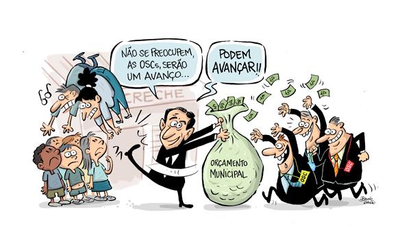 """Charge do Paulo Alexandre chutando professores (crianças olham espantadas) enquanto entrega saco de dinheiro escrito """"Orçamento Municipal"""" para empresários com botons de OSC. O prefeito diz: """"Não se preocupem, as OSCs serão um avanço... Podem avançar!!""""."""