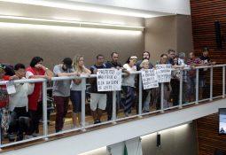 Com cartazes, os manifestantes protestaram e depois conversaram com diversos vereadores santistas (Silvio Luiz/AT)