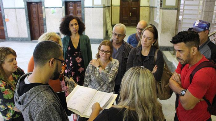 Foto dos Auxiliares Bibliotecários recebendo a notícia de que o processo não iria mais para o IPREV