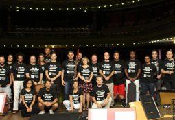 """Músicos da orquestra no Teatro Coliseu. Todos com a camisa que diz: """"Diga não à terceirização da OSMS! #osmsviva"""""""