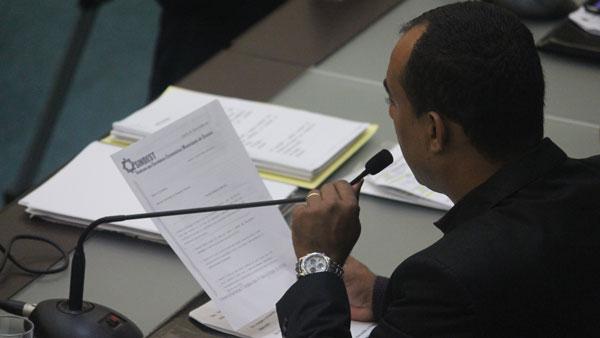 Antes da votação, os vereadores leram uma carta do sindicato-amigo-do-patrão pedindo para que eles votem a favor do Projeto do prefeito. É mole?