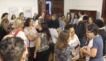 Foto dos Assistentes Sociais esperando a reunião