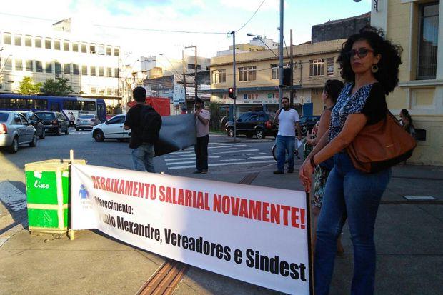 Servidores ligados ao Sindserv protestaram na Câmara de Santos (Fernanda Luz/AT)
