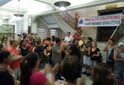 Servidores de Santos tomaram conta do piso térreo da Prefeitura em protesto contra atraso (Alberto Marques)