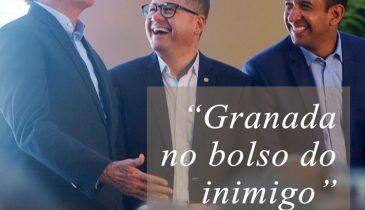 """Foto do Bolsonaro e Paulo Alexandre, ambos gargalhando, com o texto: """"Granada no bolso do inimigo - PARTE 2"""" (Foto: Fernanda Luz)"""