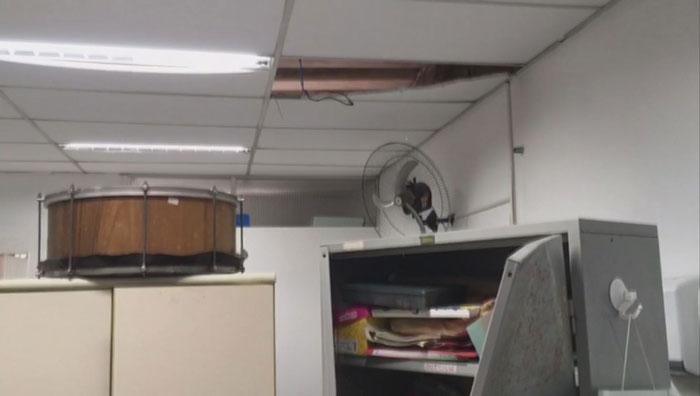 Forros do teto estão arrebentados em diversas salas da unidade do Caps. — Foto: Solange Freitas/G1