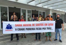 Manifestantes se reuniram em frente à Secretaria de Saúde de Santos. — Foto: Solange Freitas/G1