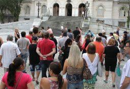 Depois de mais de uma hora de espera, Fábio Ferraz atendeu os servidores no saguão do Paço, mas não garantiu o pagamento no prazo previsto pelo Estatuto. Foto: Matheus Tagé/DL